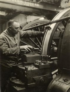 Hard Working Man, Metal Working, White Tractor, Gentlemans Club, Industrial Machine, Old Factory, Train Pictures, The Old Days, Machine Tools