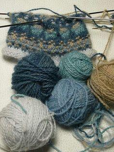 Baby Knitting Patterns combine Bohus wristlet with yarn Fair Isle Knitting Patterns, Knitting Stitches, Knitting Designs, Knitting Yarn, Knit Patterns, Knitting Projects, Baby Knitting, Crochet Projects, Knitting Tutorials