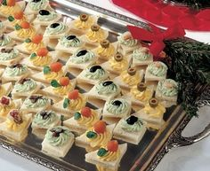 Vassoio di tartine in 2020 Party Finger Foods, Finger Food Appetizers, Appetizers For Party, Appetizer Buffet, Appetizer Recipes, Amazing Food Decoration, Catering Food Displays, Mini Sandwiches, Food Platters