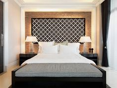Uma parede diferente no seu quarto de casal é um jeito muito fácil de criar um ambiente cheio de personalidade. A cama de casal passa a não dominar tanto a