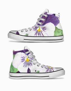 """Purple and white pansies flowers"" High top sneakers shoes by Savousepate on Artistocracy | Chaussures en toile ""Pensées blanches et violettes"" par @savousepate sur @artist0cracy"