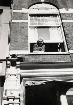 Hangend uit het raam in de Jordaan (Oma Jansen)