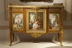 Commode à plaques de porcelaine de Madame du Barry 1772 Attribué à Martin Carlin (vers 1730- 1785) et à Charles Nicolas Dodin (1734-1803) Manufacture de Sèvres, 1765, porcelaine tendre, chêne, poirier, rose, amarante, bronze doré, marbre blanc. Paris, musée du Louvre, département des objets d'art© EPV / Ch. Milet