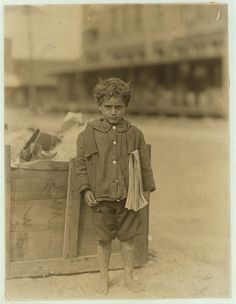4 Year-Old Newsboy in Tampa, Florida, 1913 Antique Photos, Vintage Pictures, Old Pictures, Old Photos, Tampa Florida, Fotografia Social, Lewis Hine, We Are The World, History Photos