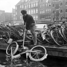 1963. Canal clean-up.  ©ANP Historisch Archief) #amsterdam #1963