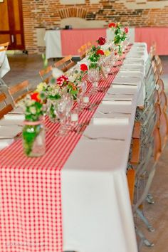 A very pretty wedding guinguette to inspire you or just to dream a little. Come discover the beautiful pictures of this wedding. Deco Table Champetre, Diy Wedding Buffet, Party Deco, Christmas Table Settings, Thumbprint Cookies, Bbq Party, Yard Party, Wedding Rehearsal, Holidays And Events