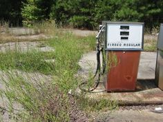 Running on empty: Some abandoned gas stations seen along the way Old American Cars, Vision Quest, Roadside Attractions, Beautiful Architecture, Gas Station, Eccentric, My Heart Is Breaking, Abandoned Places, Along The Way