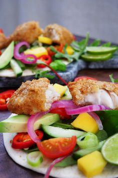 Enkel og god middag; ferdig panert fisk, wraps, og det du har av salat og grønnsaker. Salmon Burgers, Ethnic Recipes, Food, Cilantro, Essen, Meals, Yemek, Eten