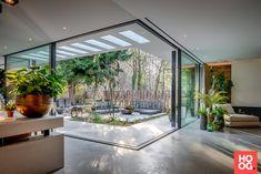 Enhance Your Senses With Luxury Home Decor Courtyard Design, Villa Design, Patio Design, Modern House Design, Courtyard House Plans, Modern Houses, Interior Garden, Home Interior Design, Luxury Houses
