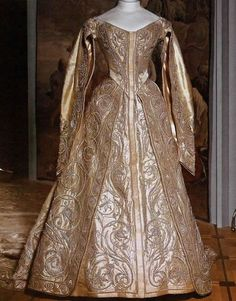 1896 The Golden Coronation Gown Of Alexandra Wife Nikolay II According To Tradition Put It On In Malachite Hall Winter Palace