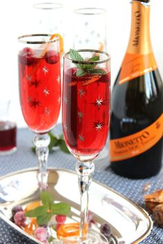 This Cranberry Pomegranate Bellini is made with just three ingredients and adds the most festive touch to your holiday bar. There's no simpler cocktail. Pomegranate Mojito, Pomegranate Recipes, Fun Drinks, Yummy Drinks, Beverages, Cold Drinks, Yummy Food, Creative Christmas Food, Xmas Food