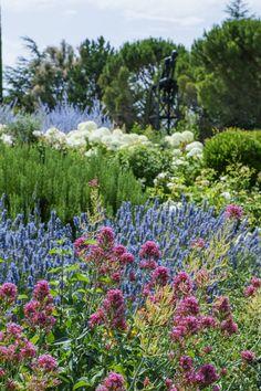 Parc fleuri  #edouardloubet #maisonsedouardloubet #capelongue #domainedecapelongue #bonnieux #mybonnieux #luberon