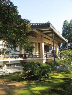 この建物に、広隆寺が所蔵される仏像の大半が収蔵されていて、ここ一箇所で国宝・重要文化財の指定を受けた諸仏像の大半を参拝し、拝見できます。 リーフレットの記載から仏像だけカウントしますと、国宝7件、重要文化財31件になります。 弥勒菩薩半跏思惟像が建物の奥側中央に安置され、四方の壁面前に、大小様々な諸仏が安置されています Pergola, Outdoor Structures, Outdoor Pergola