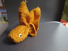 washcloth folding craft gold fish Towel Origami, Origami Fish, Towel Crafts, Fish Crafts, How To Fold Towels, Towel Animals, Crochet Towel, Baby Washcloth, Nappy Cakes