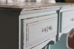 She did such a good job with these aqua nightstands I had to pin for inspiration. How many times do you run across these blah nightstands at the thrift store? Next time I'm grabbing a pair! Repurposed Furniture, Antique Furniture, Painted Furniture, Cool Diy Projects, Home Projects, Project Ideas, Diy Nightstand, Nightstands, Furniture Makeover