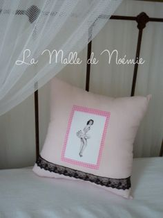 Coussin pin-up Clara. via Etsy.