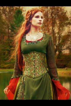 The earthy tones and intricate fabric design of this gorgeous corset make it versatile for both Victorian as well as Medieval times. Medieval Fashion, Medieval Clothing, Historical Clothing, Medieval Costume, Medieval Dress, Costume Original, Underbust Corset, Fantasy Costumes, Fantasy Dress