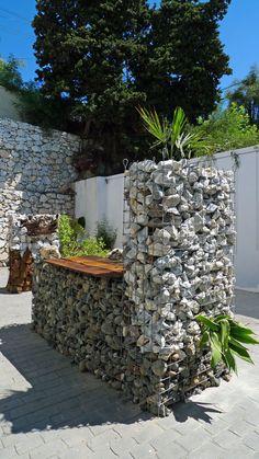Diseño con gaviones. www.goomezmescua.com Gabion Wall, Fire Pits, Small Gardens, Fencing, Backyard Landscaping, Concrete, Projects To Try, Walls, Landscape