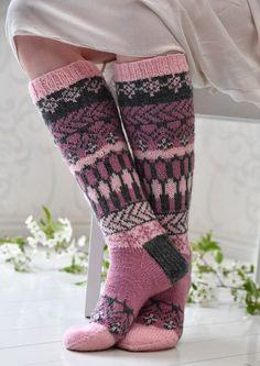 Tekstiiliteollisuus - teetee Pallas pattern in Finnish Knit Mittens, Crochet Slippers, Knitting Socks, Hand Knitting, Knit Crochet, Knitting Patterns, Knit Art, Sexy Socks, Fair Isle Knitting
