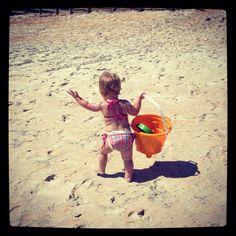 Petite fille avec son sceau à la plage  www.lekoutchoulou.com