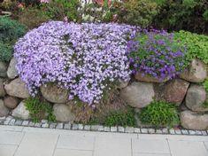 Diese wunderschöne Steinmauer kombiniert einen Steingarten und eine Steinmauer. Findlinge wurden über die gesamte Länge der Natursteinmauer ...