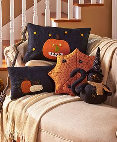 Decorate for the fall with a Primitive Country Halloween Pillow. It's family-friendly Halloween decor that works all through the season. Each pillow is embroide (Halloween Manualidades) Halloween Quilts, Dulceros Halloween, Moldes Halloween, Country Halloween, Adornos Halloween, Manualidades Halloween, Halloween Sewing, Halloween Pillows, Halloween Home Decor