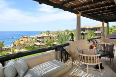 In Mexico, at the tip of the peninsula of Baja California, the hotel Esperanza Resort welcomes you in its casitas and suites overlooking the Sea of Cortez.
