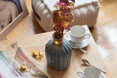 Krásná váza může sloužit jako dekorace sama o sobě. Nemáte-li po ruce čerstvě řezané rostliny, zabydlete svou vázu jednoduchým zimním aranžmá s listy eukalyptu.