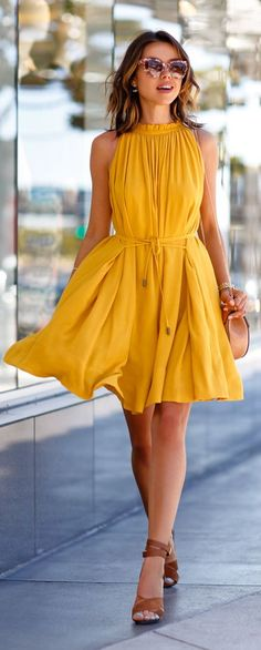 I really like the brown heels with this dress. She looks like a sunflower, my fav flower!