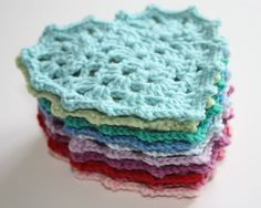 Fabulous photo-as-you-go tutorial! From Cherry Heart: Granny Heart Tutorial Crochet Crafts, Crochet Yarn, Yarn Crafts, Crochet Hooks, Crochet Projects, Crochet Granny, Crochet Tutorials, Crochet Motifs, Crochet Squares