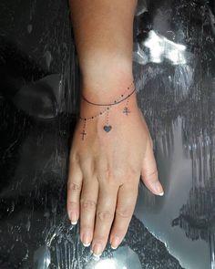 Pulseiras tattoo #tattoogirl #tattoo #tattoos #tatuada #blacktattoo #tattooblack #finelinetattoo #fineline #tattoodelicada #tattoolife #tatuage #tatuagemfeminina #tattoocoracao #tattoocruz...