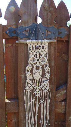 Macramé Wall Hanging sur bois flotté, 3mm coton corde, 2 grandes perles en bois marron, modèle moderne et unique, art pariétal, tribal, hippie, hippie, années 70 par MainlyMacrame sur Etsy https://www.etsy.com/fr/listing/235151042/macrame-wall-hanging-sur-bois-flotte-3mm
