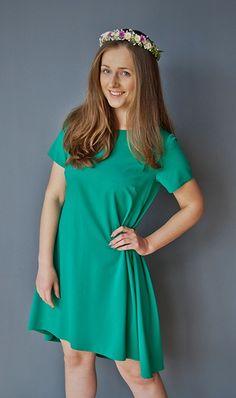 Asymetryczna sukienka z odpinanym kołnierzykiem. Idealna na letnie imprezy!