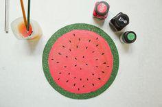 Veja como fazer porta-copos com cortiça, de uma forma simples, bonita e barata! Confira o tutorial no blog!