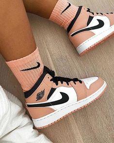 Dr Shoes, Cute Nike Shoes, Swag Shoes, Cute Sneakers, Nike Air Shoes, Hype Shoes, Shoes Sneakers, Jordans Sneakers, Nike Socks