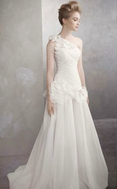 Not usually a fan of one-shoulder gowns, but love this.