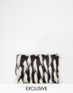 Story of Lola – Clutch aus schwarzem Kunstpelz mit weißem Kontrast