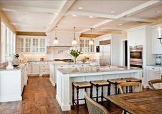 4- grande cuisine avec plancher de bois, comptoir en marbre et table en bois