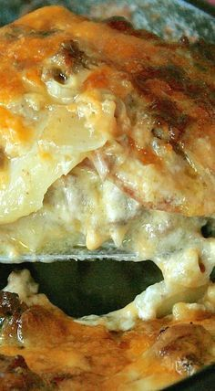Old-Fashioned Cheesy Scalloped Potato & Hamburger Casserole ~ The Secret Recipe Club - Recipes - Hamburger Rezepte Hamburger Dishes, Hamburger Casserole, Beef Dishes, Food Dishes, Cheeseburger Casserole, Main Dishes, Hamburger Potato Soup, Ground Beef Potato Casserole, Hamburger Meal