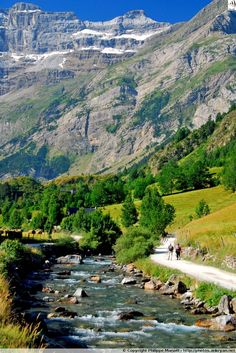 Naît de la collecte des eaux du cirque de Gavarnie, le gave de Gavarnie forme le cours supérieur du gave de Pau, dont il porte le nom (Hautes-Pyrénées)
