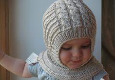 Waldorf inspirierte Schnee und Winter Hut. Handgestrickte Hoodie / Sturmhaube Hut für Baby, Kleinkind, Kind. Hergestellt aus 100 % Licht - Beige Merinowolle. Weich und sehr funktional - perfekt, um die kleinen kalten Tagen warm und gemütlich zu halten.  OPTIONAL: Baumwollfutter für extra Wärme. Die Hüte sind jedoch wirklich weich und warm, wie sie sind - Futter möglicherweise notwendig für das Einfrieren von kalten Wetters, wenn es keine andere Haube gibt auf. Preis 12$  Mütter, die Hood...