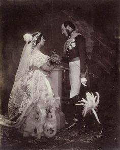 1854年に撮影されたヴィクトリア女王とアルバート王配の写真。 1840年の結婚衣装と類似しているが、イギリス王室コレクションは宮廷用の衣装であるとしている。
