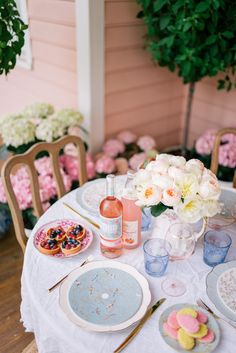 Easter Brunch on The Porch - Gal Meets Glam Easter Dinner, Easter Brunch, Easter Party, Easter Table, Easter Decor, Dining Room Table Decor, Room Decor, Dining Rooms, Brunch Party