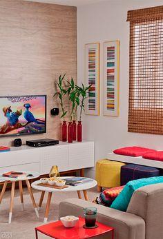 Prático para limpar e com aparência que imita madeira, o revestimento vinílico, eleito para o piso, também sobe pela parede da TV. O acabamento tem bom preço, não risca e apresenta um aspecto bem próximo ao do material natural. O encontro dessas superfícies dispensou o rodapé