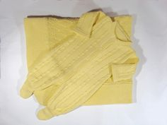 Kit para saída de maternidade contendo 1 Manta de ponto trabalhado em Tricô e 1 Macacão Trançado. Linha antialérgica: 50% algodão 50% acrílico. Manta: Tamanho padrão Tamanhos do Macacão: RN, PP e P. R$ 139,00