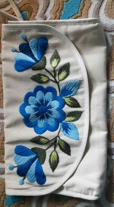 crewel embroidery a practical guide Hand Embroidery Flowers, Flower Embroidery Designs, Free Machine Embroidery Designs, Crewel Embroidery, Hand Embroidery Patterns, Ribbon Embroidery, Cross Stitch Embroidery, Bordado Floral, Mexican Embroidery