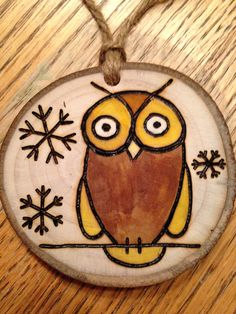 Rustic Owl wood burned Christmas ornament - natural wood Wood Slice Crafts, Wood Burning Crafts, Wood Burning Patterns, Wood Burning Art, Wood Patterns, Wooden Crafts, Christmas Wood Crafts, Christmas Deco, Christmas Projects