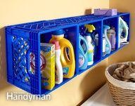 Caixotes de plástico como armário para lavanderia.