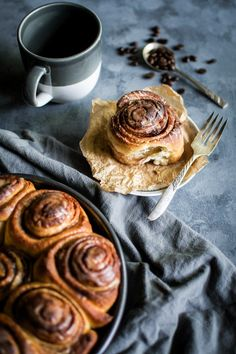 Classic soft swirly cinnamon rolls with a heavy drizzle of coffee glaze. Rustic Food Photography, Food Photography Tips, Cinammon Rolls, Café Chocolate, Sweet Buns, Food Styling, Food Pictures, Food Inspiration, Sweet Recipes