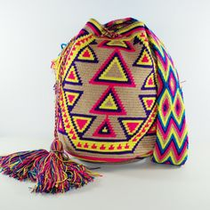 Mochila MALAQUI.  https://www.luloplanet.com/collections/wayuu-bags/products/mochila-wayuu-malaqui Wayuu Women are great observers of the nature and their surroundings. Do you know what they hand crocheted here? It is the pattern traditionally engraved on pots #wayuu #wayuubags #mochila #luloplanet